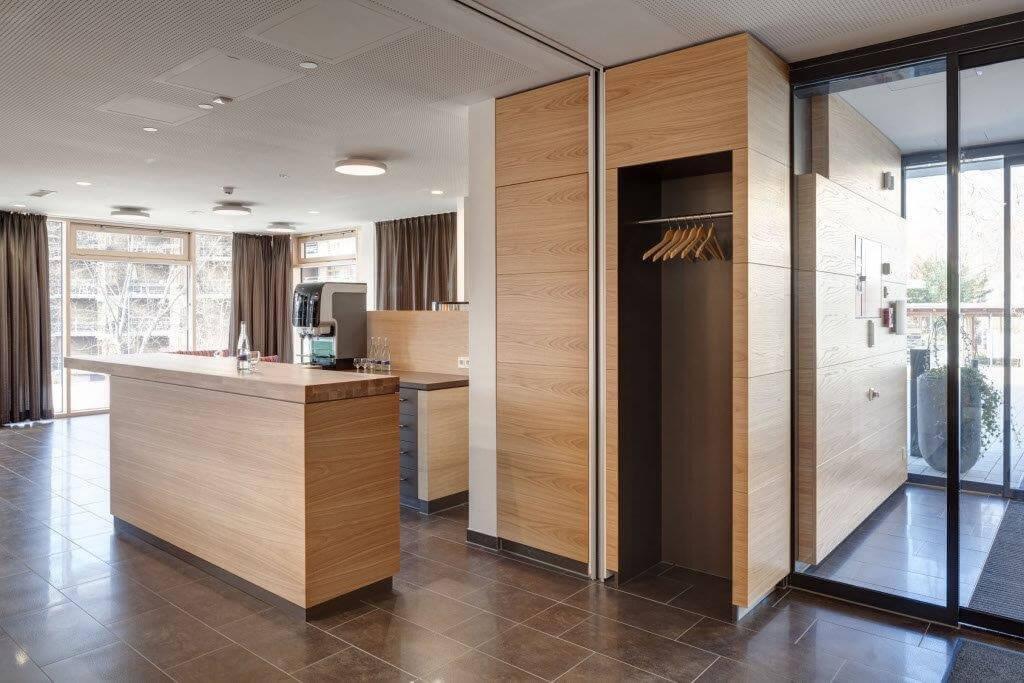 Küche mit hochwertigen Möbeln und Einrichtungen aus der Schreinerei