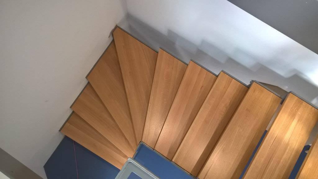 Holztreppe, Wendeltreppe, gerade und geschwungene Treppe aus Holz